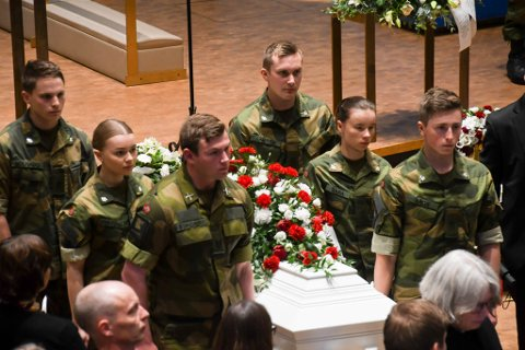MEDSOLDATER: Medsoldater fra HV på Porsangmoen bar Kevin til hans siste hvilested.