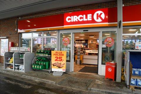 DRATT UT: 16-åringen ble dratt ut fra denne Circle K-bensinstasjonen på Elvebakken i Alta og så banket opp utenfor.