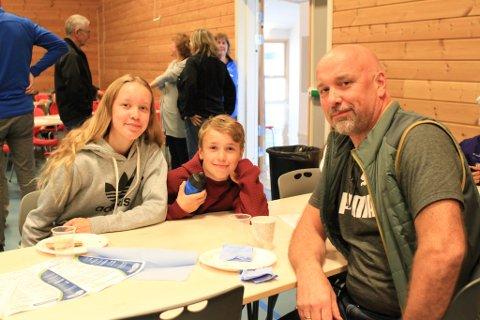 TRIVES I NESSEBY: Torbjørn Holm er fra Vardø, jobber i politiet i Vadsø, men bor i Nesseby, og det har han gjort helt siden 1995. Og hvorfor ikke, når Nesseby er en kommune å trives i , spør han, som skryter av hvordan kommunen tilrettelegger for vekst i næringslivet og trivsel både i skole og for eldre. Her sammen med barna Eline og Tobias.