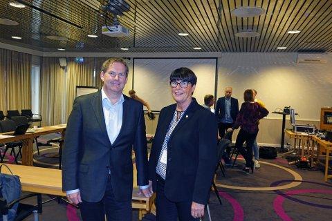 STYREMØTE: Styreleder Harald Larssen og administrerende direktør Eva Håheim Pedersen på styremøte i Finnmarkssykehuset i Hammerfest.