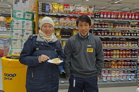 HYGGELIG JOBB: Isah Gulzari delte ut kake til nyåpningen av butikken tordag. Britt-Unni Pedersen var blant dem som kom på åpningsdagen.