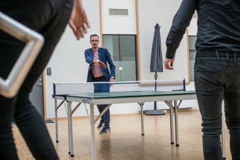 GØY PÅ JOBB: Yngve Larsen er opptatt av å ha det artig på jobb. Nå herjer det bordtennisfeber i Mystore.no.