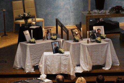 MINNE: Bilder av de omkomne var satt opp i kirken.