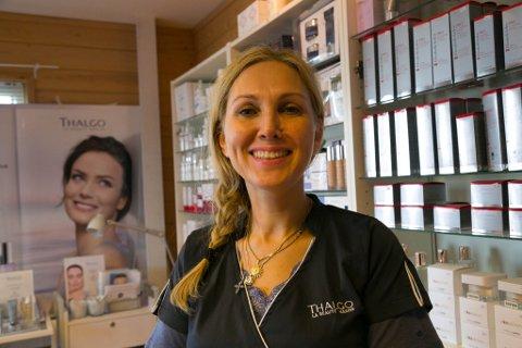 FLYTTET HJEM: Kristin Nilssen fulgte drømmen og flyttet til Oslo som 21-åring. Nå er hun 46, hjemme i Nesseby igjen, og følger den samme drømmen. Her er hun i salongen sin på industriområdet i Nesseby.