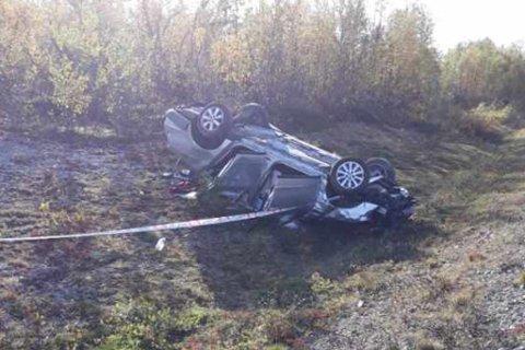 UTFORKJØIRNG: Bilen har havnet på taket i utforkjøringa. Fire personer er flydd til sykehus.