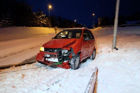 MATERIELLE SKADER: Bilen fikk større skader i fronten etter krasj med lyktestolpe.