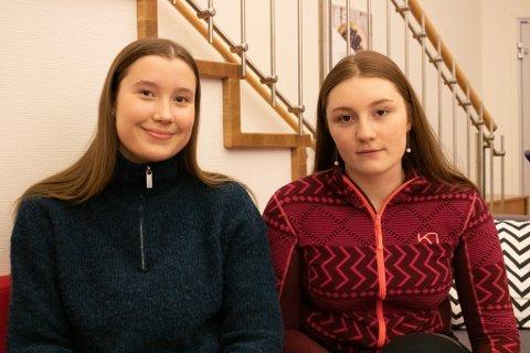 BLIR KAMP: Benedicte Nikoma (17) til venstre og Julie Andrea Evensen (17) som går ambulansefag på Lakselv videregående skole tror det kommer til å bli kamp om lærlingplassene til våren.