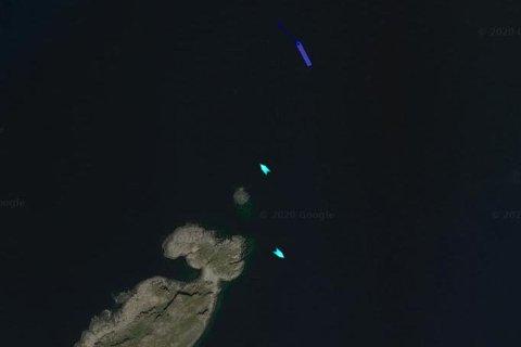 REDNINGSAKSJON: MS «Nordlys», «Årøy» og redningsskøyta «Odin» bistår båt som har gått på grunn.