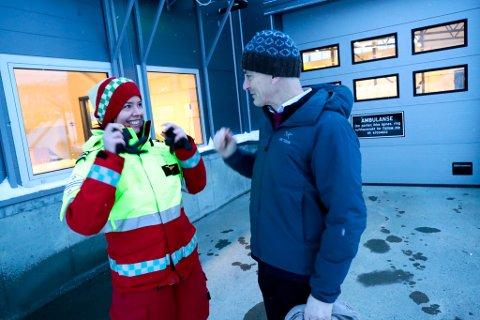 PÅ RUNDREISE: Ap-leder Jonas Gahr Støre er på rundreise i Nord-Norge. Verneombud Anette Vreim (t.v.) i Babcock i samtale med Støre etter møtet.
