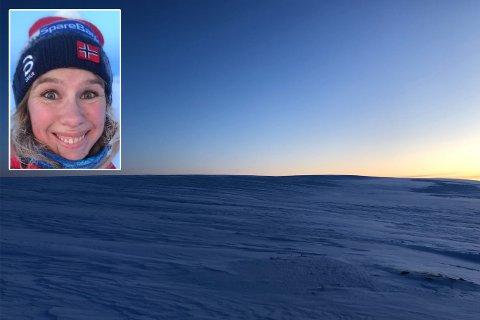 BLÅTT LANDSKAP: Sånn så det ut på fjellet overfor Vadsø sist lørdag. Der var det mulig å finne roen etter travle uker, skriver ansvarlig redaktør Anniken Renslo Sandvik i Finnmarken.
