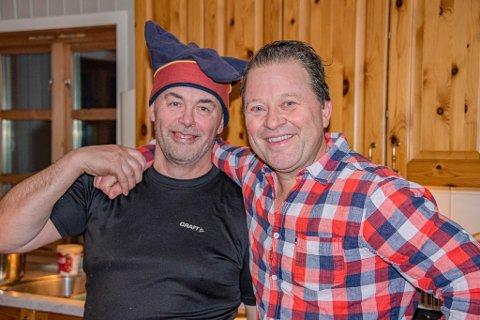 TRIVES: Arne Hjeltnes trives i selskap med Molliš Piera. Sistnevnte har overlatt daglig lederrollen på Nedre Mollisjok til sønnen Simen André.