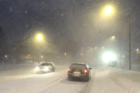 SNØFOKK: Her i Bossekop var det tykk snøfokk lørdag formiddag. Lørdag kveld er det bilister i Øst-Finnmark som får dårligst sikt.