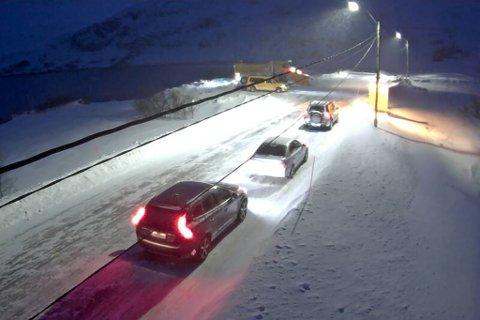 KOLONNEKJØRING: Søndag morgen var det stengt på Kongsfjordfjellet. Her venter bilene på kolonnen.