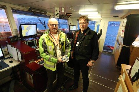 BEKYMRET: Posten, som står ansvarlig for lasten på «Norbjørn» er bekymret for krevende isforhold ved Svalbard. Her er avdelingsdirektør ved terminalen i Tromsø, Jan Ottosen, sammen med skipper Roger Haugen.