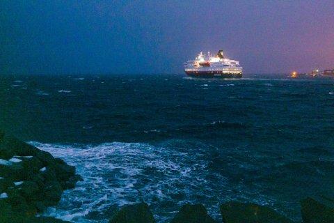 Hurtigruteskipet MS Nordkapp seiler ut av Hammerfest havn torsdag ettermiddag.