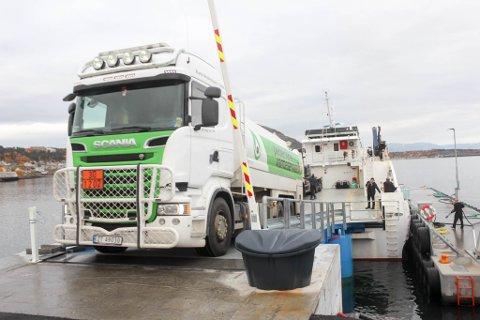 MÅTTE KJØRE FULL BIL TILBAKE: Pedersen varmeservice skulle levere 3.000 liter diesel på Årøya. Det ble det ikke noe av ettersom kombibåten «Årøy» ikke kunne gå i land på øya.