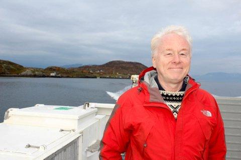 STORE PLANER FOR ÅRØYA: Jan Sortland ønsker å bygge luksushotell på øya bak han på bildet, men før spaden settes i bakken håper han bilferga mellom Mikkelsby og Kongshavn er tilbake.