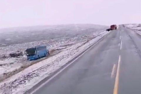 UTFORKJØRING: Her står bussen i grøfta.