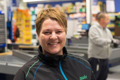 FORNØYD: Julie Leirbakk Andreassen (45) er opprinnelig fra Burfjord, men bor i Alta. Hun liker den nye butikken godt.