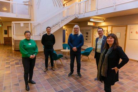 KLARE FOR Å BEHOLDE KOMMUNENE: Ingen av de fire ordførerne vil slåes sammen med noen av de andre. Derfor har de engasjert Ragnhild Vassvik (t.v.) i et prosjekt for å bedre og formalisere samarbeidet mellom kommunene.