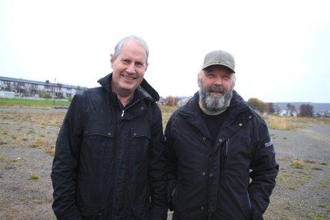 NERVE PÅ GRUSBANEN: Rolf Arne Hanssen (69) var ikke gamle gutten da han for første gang hjalp Kristian Sirkka (72) med å gruse banen til Vadsø turn. Nå husker de begge to tilbake til glansdagene da det var to fotballag i byen, og ytterligere to i kommunen, og stor spenning rundt lokalderbyene. Det var en ordentlig nerve, er de to enige om.