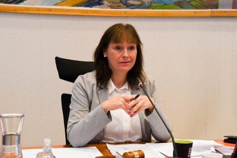 BEKYMRET: Ordfører Monica Nielsen er glad smittetallene var litt lavere fredag enn på torsdag, men synes fortsatt smittetrykket er for høyt.