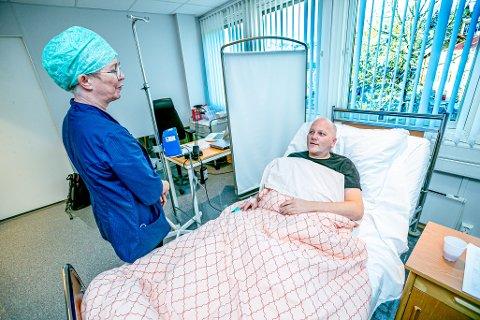 ETTER: Klokken er 12.15 og Arnt Roger Isaksen ligger ferdigoperert og våken fra narkose. Her snakker han med klinikkleder Bente Openshaw.
