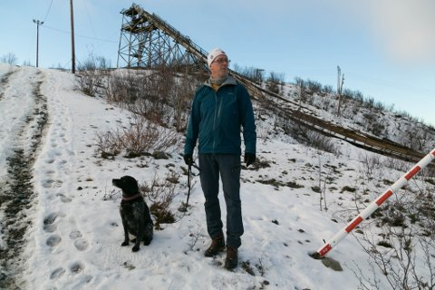 KJENT: Erling Noste og hunden Tyra i kjente omgivelser ved hoppanleggene.