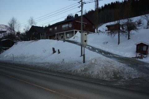 TAR MANGE: Bilister som passerer fotoboksen på i retning Tromsø på E8 i Ramfjord blir godt varslet med opplysningsskilt og påminnelse om 60-sone for strekningen. Likevel er dette en boksene som tar flest fartssyndere i Troms.