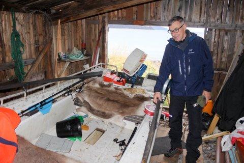 OVERRASKET: Jens Petter Mathisen og hans kone har hatt en ubuden gjest i naustet sitt i Hjemmeluftfjæra. De fant blant annet en båt og en del fiskeutstyr i naustet.