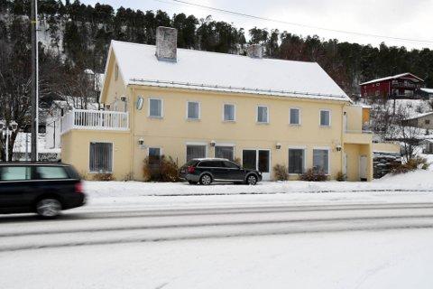 SKAL BORT: Bruun-gården i Bukta i Alta skal vike for en rundkjøring, men ingen kan si noe om når det vil skje.