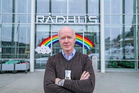 Smittevernoverlege Trond Brattland sier det er viktig å være ekstra påpasselig med smittevern og testing nå når smitten er på et høyere nivå i Tromsø.