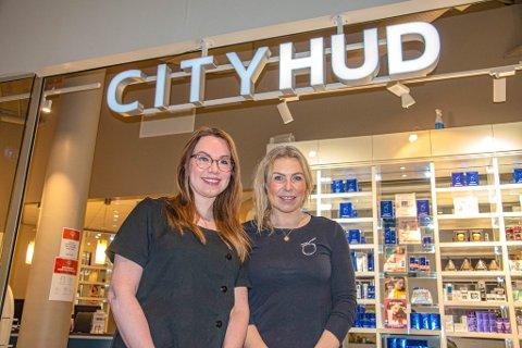 ØNSKER VELKOMMEN: Christel (til venstre) og Eva Cathrine Nilsen ønsker gamle og nye kunder velkommen til City Hud.