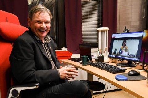 FORNØYD: Karasjok-ordfører Svein Atle Somby (Ap) var fornøyd etter at FeFo-styret med Máret Guhttors dobbeltstemme (på skjermen) støttet Finnmarkskommisjonens flertall.
