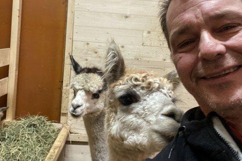 GODE VENNER: Tom Hansen har blitt god venn med de to nye medlemmene på gården, Carlos og Emanuel.