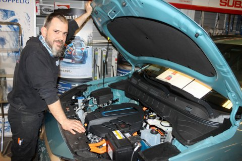 ELBILER MÅ OGSÅ PÅ KONTROLL: Stedfortredende verksmester Bengt Pettersen sjekker ut motorrommet til en elektrisk Hyundai. Det er det nye merket de er forhandler for, men EU-kontrollen er stort sett den samme om bilen går på strøm eller bensin.