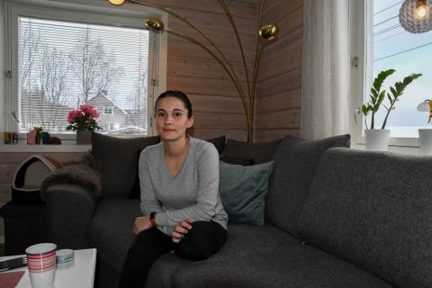 TRIVES: Silje-Andrea Hansen og Martin Johansen trives i huset i Bukta – til tross for at de opplever mye støy,