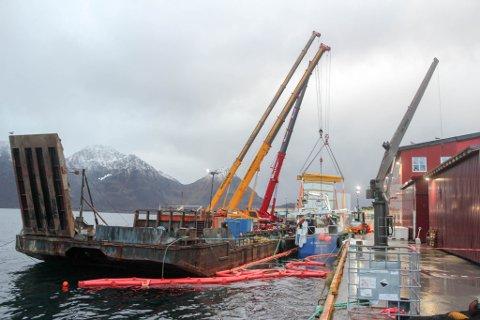 HEVET FISKEFARTØYET: Heving av fiskebåten ved kai i Øksfjord i fjor høst.