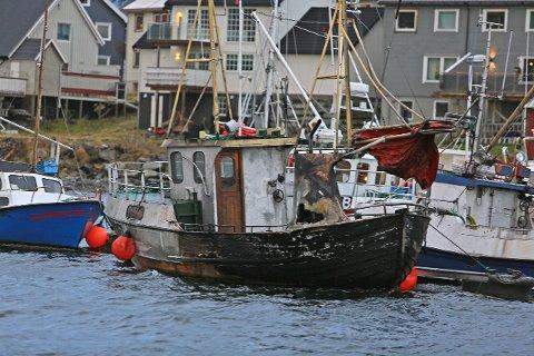 TETT PÅ BEGYGGELSEN: Brannen ved flytebrygga involverte i alt seks båter, og skapte mye røyk i havneområdet i Kjøllefjord.