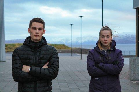 FRUSTRERENDE: Elevrådsleder Sindre Kristiansen (18) og nestleder Jovana Cvetkovic (18) mener myndighetene i fylket har opptrådt uprofesjonelt og vært uklare i sine beskjeder til elevene ved Hammerfest vgs.