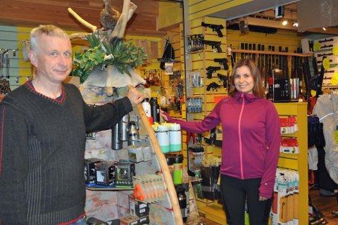 SLUTT PÅ EN ÆRA: Camilla Baardsen Kleven og Kleven Jakt og Fiske får ikke selge fiskekort i år. Her er Camilla sammenn med pappa Ole Jacob.