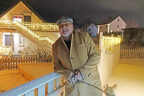 AKTUELL MED LÅT: Lars Rune Rebbestad har gitt ut en låt nylig. Her er han avbildet hjemme i et julepyntet nabolag.