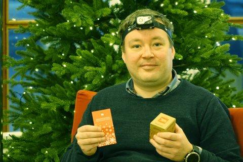 HODELYKT: Tom Christian Robertsen stiller opp og viser fram årets julegave i Hammerfest når iFinnmark spør.