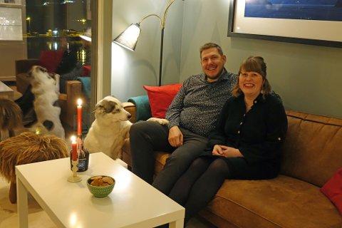 HJEMME I HAMMERFEST: Mikael, Marit, og deres firbeinte venn holder til i huset.