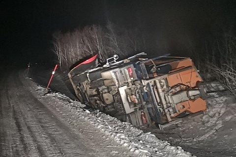UTFORKJØRING: Brøytebil kom utfor veiskulderen og ble liggende i grøfta.