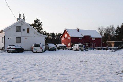 I STRID: Alta kommune antar at deler av denne eiendommen i Aronnesveien 166 er i strid med gitt tillatelse.