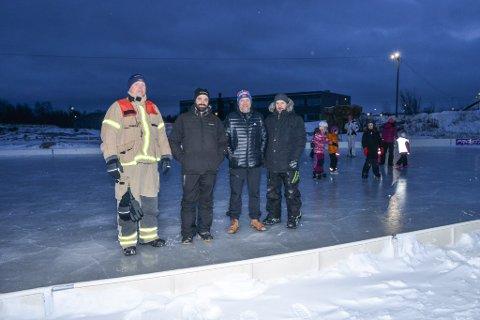 LAGT PÅ IS: Initiativtaker Rune Skanke (nummer to fr venstre) fikk med seg både Porsanger idrettslag, Porsanger brannvesen og Avinor. Nå har de lagt is i fritidsparken like ved Lakselv sentrum. Allerede er det stor aktivitet på banen.