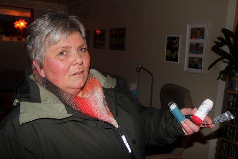 MÅ HA MED MEDISIN: Ann Sissel Pettersen må ha med seg medisiner når hun er ute blant folk. Her viser hun fram det hun må ha for å behandle sin kraftige allergi.