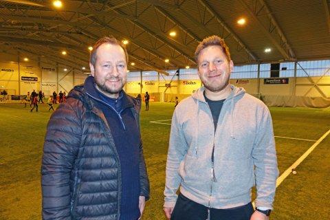 ARRANGERER: Salgssjef Anders Nesse deler ut medaljer, og Johan Vaseli har kontroll som turneringsleder i hallen.