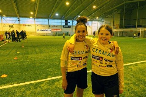 LAGSPILLERE: Amina Josefine Hansen Abuukar og Martine Helen Olsen syns det beste med fotball er alle vennene og lagspill.